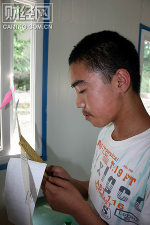 On the day returning to school, Shihao Guo read a card with his writing with tears,' Brother Wei Zhu, Are you all right in Heaven? '